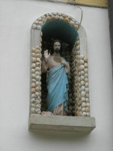 La statua del Sacro Cuore che protegge Campospino